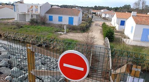 Lundi matin, des barrières de sécurité ont été installées avant l'arrivée des engins de démolition, à La Faute-sur-Mer.