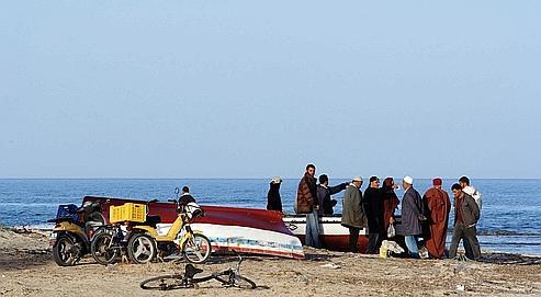 Des Tunisiens scrutent l'horizon sur une plage de Zarzis. Pour se rendre à Lampedusa, les clandestins doivent débourser environ 2000 dinars (1000 euros).
