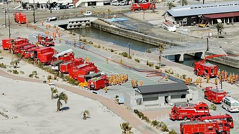 Avant de converger vers la centrale nucléaire de Fukushima Daichi, les véhicules des pompiers sont rassemblés à Iwaki, au Japon.