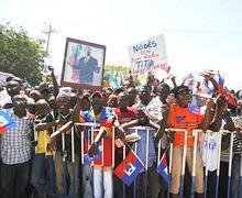 L'ex-président a quitté l'aéroport, traversant péniblement une foule de plusieurs milliers de partisans venus l'accueillir dans une ambiance festive.