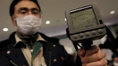 Un employé municipal de Yamagata, dans le nord du Japon, manipule un compteur Geiger pour mesurer le niveau de radioactivité.