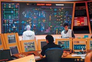 C'est un exercice : dans la salle des commandes de la centrale de Civaux, on simule une fuite radioactive. (Patrick Lavaux/La Nouvelle République/MAXPPP)