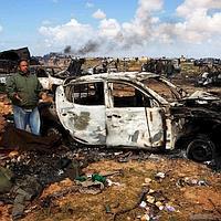 Véhicules incendiés près de Benghazi.