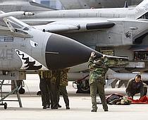 Préparation d'avions italiens Tornado sur la base sicilienne de Trapani-Birgi.