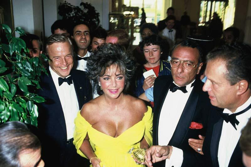 Elizabeth Taylor, l'une des dernières grandes légendes d'Hollywood, est décédée, mercredi 23 mars, à l'âge de 79 ans. Née en 1932, à Hampstead, en Angleterre, la star aux yeux violets, qui a commencé sa carrière à dix ans, a joué dans plus de 50 films, incarnant (entre autres) une Cléopâtre de légende. Ici, une photographie d'elle, prise lors du Festival du cinéma américain de Deauville, en 1985.