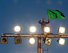 Un partisan de Kadhafi manifeste à Tripoli.