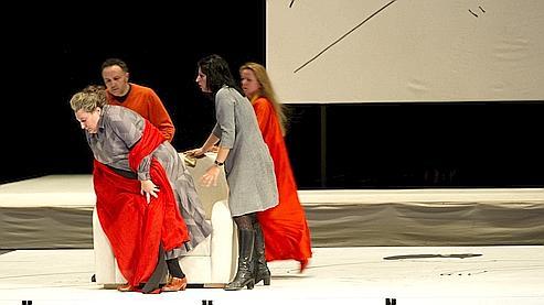 Akhmatova entre à l'Opéra