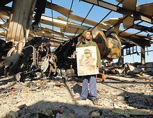 Un partisan de Kadhafi au milieu des ruines de la base de Boussetta.