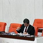 Le ministre turc des Affaires étrangères Ahmet Davutoglu, aujourd'hui, lors d'un débat au Parlement sur la Libye. Ankara refusait jusque-là le transfert du commandement.