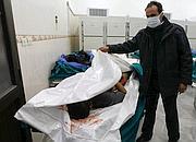 Le gouvernement a conduit des journalistes dans un hôpital pour leur montrer des corps présentés comme ceux de victimes civiles et militaires.
