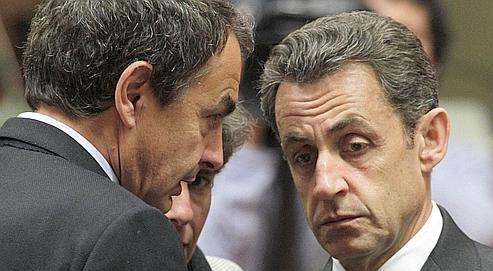 Nicolas Sarkozy en conversation avec le premier ministre espagnol, José Luis Zapatero, jeudi à Bruxelles.