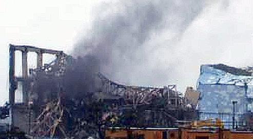 Fumée noire s'échappant du réacteur 3 de Fukushima.
