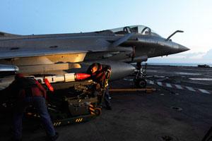 Les armuriers vérifient une dernière fois les missiles air-air Mica qui équipent les Rafale Marine. (Jean-Michel Turpin)