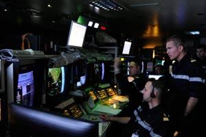 Dans le Central Opérations, le coeur de la sécurité du groupe aéronaval et le centre névralgique du bateau, la guerre électronique a commencé. (Jean-Michel Turpin)
