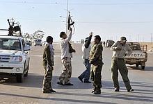 Des rebelles entrent à Ajdabiya vendredi.