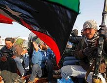 Des insurgés célèbrent leur victoire à Ras Lanouf.