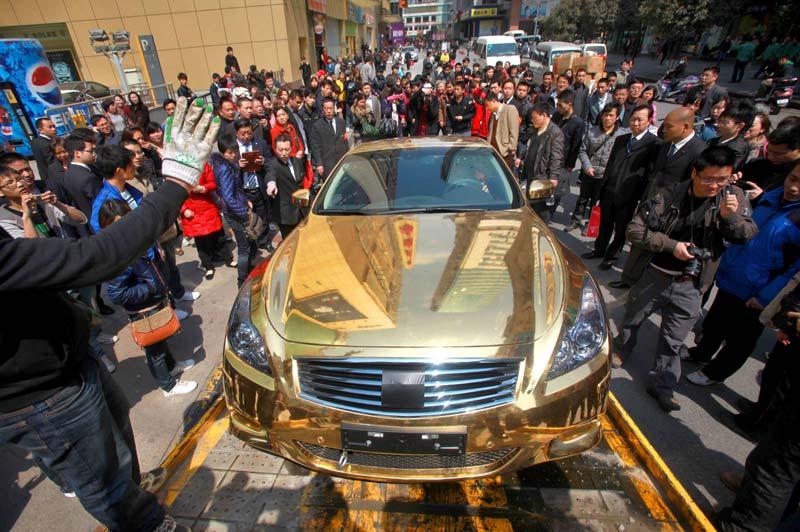 Cette voiture a beau être en or, les règles du code de la route sont les mêmes pour tous. Mardi 29 mars, mal stationnée dans une des rues de la ville de Nanjing, dans la province chinoise du Jiangsu, son propriétaire devra la récupérer à la fourrière en contrepartie d'une amende, minime face à la valeur de ce véhicule.