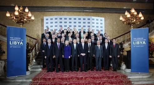 Les participants à la conférence de Londres ont décidé mardi de poursuivre l'application de la résolution 1973 de l'ONU et d'engager un processus de transition politique .