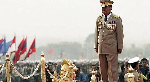 En Birmanie, les militaires endossent des habits civils