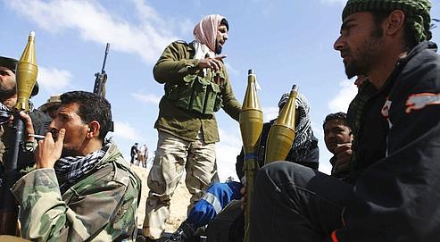 Des insurgés se préparent à avancer vers les troupes fidèles au colonel Kadhafi, jeudi, dans l'est de la Libye.