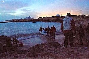 5h du matin, Bilal saute dans une arque qui attend les fugitifs sur une plage de Zarzis pour rejoindre le bateau au large.