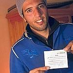 Une jeune femme vient de lui remettre son «billet» avec son nom et son numéro de téléphone.