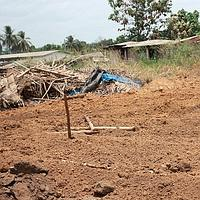 L'un des terrains où auraient été retrouvés des corps de personnes tuées par les fidèles des deux camps.
