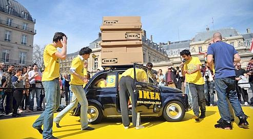 Ikea fait entrer 14personnes dans une Fiat 500