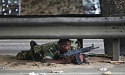 Un militaire pro-Ouattara se met à l'abri lundi.