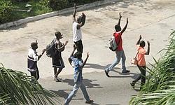 Des civils lèvent les bras aux abors du palais présidentiel pour ne pas être pris pour cibles par les militaires pro-Gbagbo.