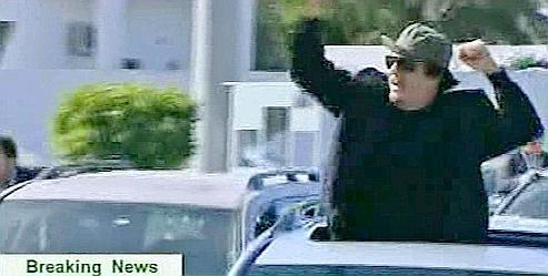 La télévision libyenne a diffusé des images de Mouammar Kadhafi parcourant les rues de Tripoli en voiture.