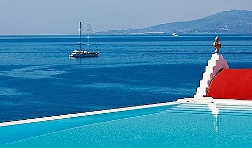 Atmosphère trendy pour l'hôtel Bill & Coo, dont la piscine scintille la nuit sous les étoiles. (Laurent Fabre/Le Figaro Magazine)