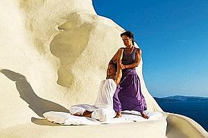 Yoga et panorama : le savoureux cocktail de l'hôtel Mystique de Santorin. (Laurent Fabre/Le Figaro Magazine)