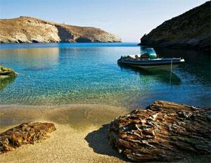 La plage de l'hôtel Onar, à Andros, est accessible par une piste vertigineuse. À moins d'y aller en bateau. (Laurent Fabre/Le Figaro Magazine)