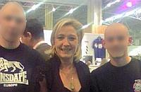 Marine Le Pen, lors d'un meeting, en compagnie de deux néo-nazis.