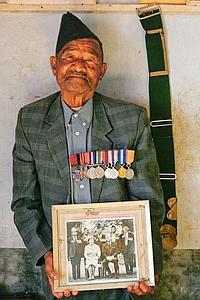 Bhanbhagta Gurung, photographié chez lui en 2007, un an avant sa mort, faisait partie des 13 Gurkhas népalais décorés de la Victoria Cross.