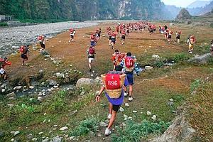 Sur les 14000 candidats de la «sélection des collines», seuls 750 ont réussi les tests. Maintenant, s'ils veulent avoir une chance d'intégrer la brigade des Gurkhas de l'armée britannique, ils doivent effectuer la Doko Race, une course de une heure sur 5 kilomètres avec un dénivelé de plus de 1000 mètres et 25 kilos de sable et de pierres sur le dos.