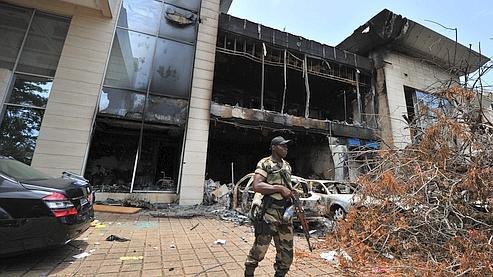Un soldat surveille la résidence de l'ex-président ivoirien Laurent Gbagbo.