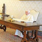 Benoît XVI répond à des fidèles à la TV italienne