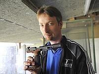 Benoît Hérault présente le pistolet avec lequel s'entraînait le père de la famille assassinée.