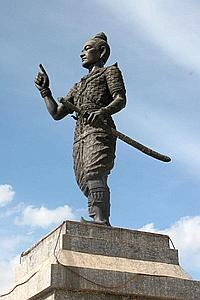 Fa Ngum (1353-1375), le premier souverain de l'ancien royaume qu'il unifia en 1368, est figé dans une étrange posture aux portes de la ville.