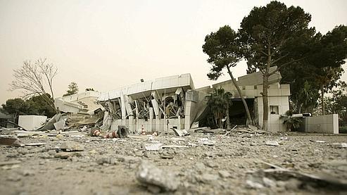 Un bâtiment détruit sur le complexe de Bab el-Azizia, lundi à Tripoli.