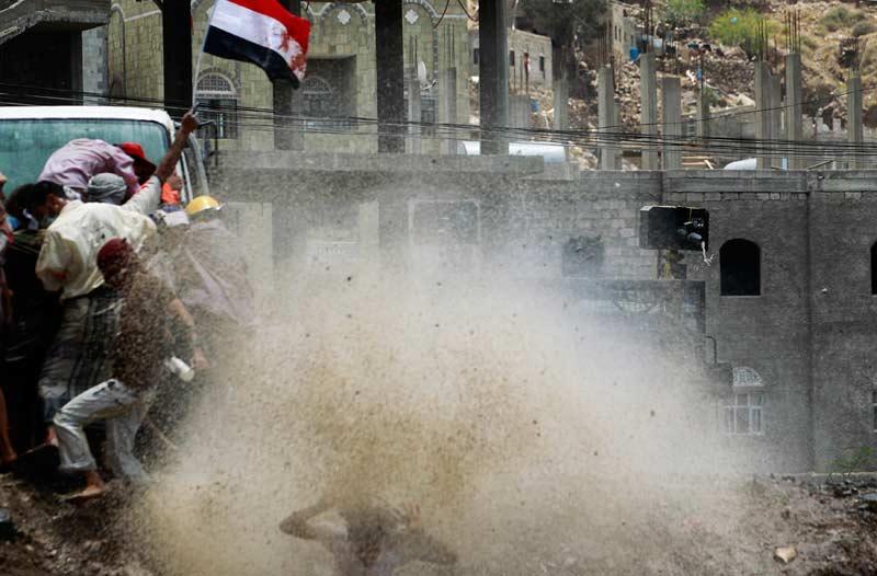 <b>Démission ?</b> La police a utilisé des canons à eau pour disperser les manifestants dans la ville de Taiz, au sud du Yémen. Lundi 25 avril, les protestataires ont manifesté pour réclamer le départ du président Ali Abdallah Saleh, au pouvoir depuis 32 ans, et réaffirmer leur rejet du plan de sortie de crise du Conseil de coopération du Golfe.