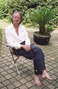 «J'écris avec larespiration, pourdécouvrir lesacré, celui de lavie», commente Peter Handke. (Louis Monier/Rue des Archives)