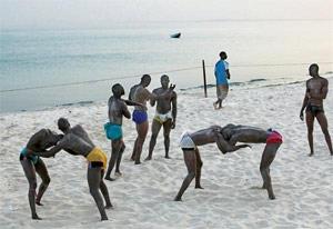 Video s n gal les gladiateurs de la mis re for Interieur sport lutte senegalaise