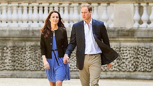 William et Kate ont quitté en hélicoptère samedi matin le palais de Buckingham où ils avaient passé leur première nuit de jeunes mariés, nourrissant les spéculations sur leur départ en lune de miel considéré comme acquis par l'ensemble des médias britanniques.