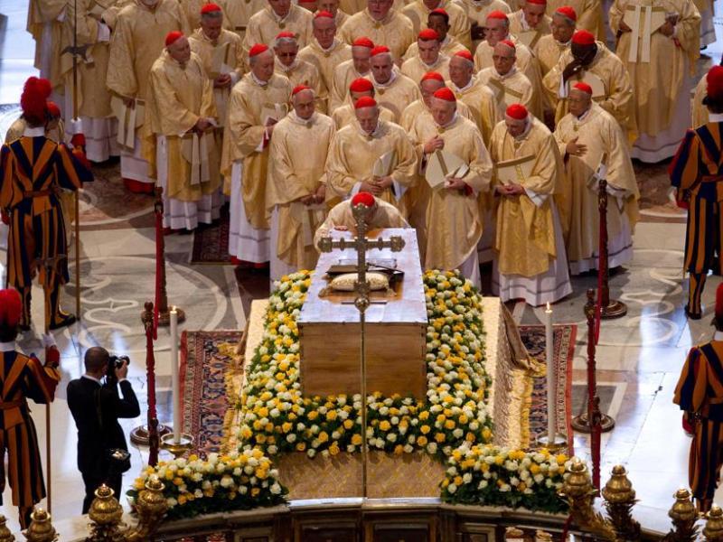 Ont suivi les cardinaux. Ensuite viendra le tour des évêques, des délégations officielles, du clergé et enfin de la foule des fidèles, en commençant par les malades et les handicapés. Benoît XVI est allé de son côté saluer dans la sacristie les chefs d'Etats présents à la cérémonie. Le passage des fidèles est prévu pour durer des heures, compte tenu de l'énorme affluence de fidèles. Elle devra toutefois être interrompue à 5 heures du matin lundi, afin de permettre de préparer une messe d'action de grâce.