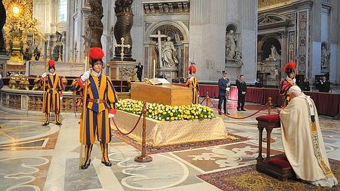 Benoit XVI en prière devant le cercueil de Jean-Paul II.