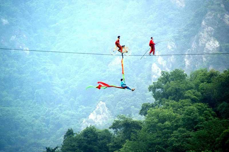 <b>Funambules</b>. Pour ce trio, il s'agit de ne pas avoir le vertige. En équilibre sur un câble de téléphérique à plus de 200 mètres de hauteur et sans équipement de sécurité, ces nouveaux recordmen ont parcouru une distance de 1550 mètres entre deux montagnes de la province de Guangdong, en Chine. Le record précédent était de 1500 mètres.