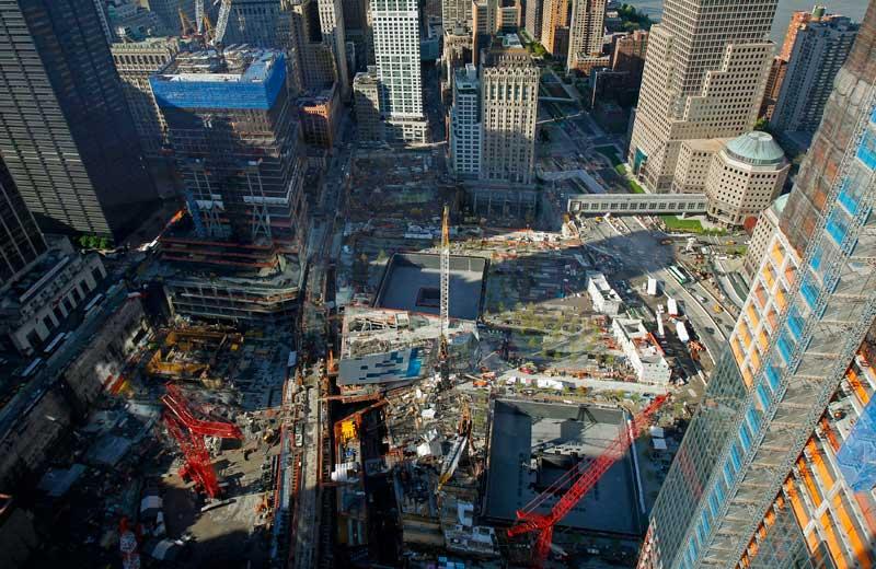 <b>Pour la mémoire</b>. Cette vue aérienne du site de l'ancien World Trade Center, à New York, a été prise, jeudi 5 mai. Trois jours après que l'armée américaine a tué Oussama Ben Laden au Pakistan, Barack Obama effectue un déplacement hautement symbolique à Ground Zero, sur les lieux où se trouvaient les deux tours jumelles détruites par les attentats du 11 Septembre 2001. Le président américain devrait y prononcer un discours et rencontrer des familles de victimes de l'attentat la plus meurtrier de l'Histoire.